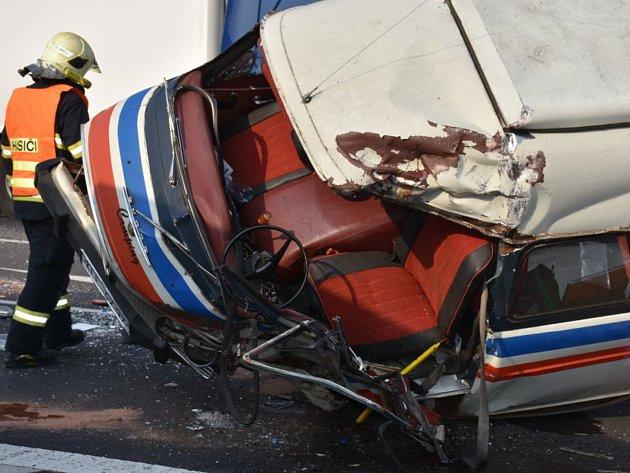 Tragická čtvrteční nehoda u Hořešovic na silnici I/7 ve směru z Loun do Prahy.