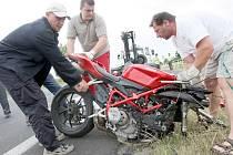 Z motorky zbylo po nárazu jen torzo