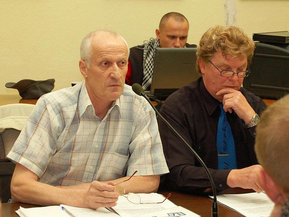 Ludvík Mlčuch (vlevo) a Petr Říha na zasedání zastupitelů v Postoloprtech