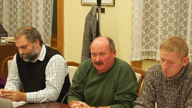 Miroslav Krpec, Vladimír Pfertner a Jaroslav Fritsch (zleva) na zasedání zastupitel v Postoloprtech