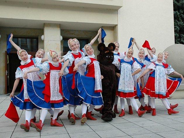 Ruský soubor pózuje před lounským Vrchlického divadlem.