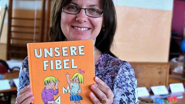 Zdeňka Markovičová s jedním ze svých kousků slabikářem pro německojazyčné děti.