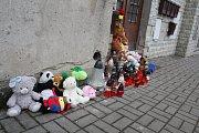 Pietní místo před domem v lounské Husově ulici