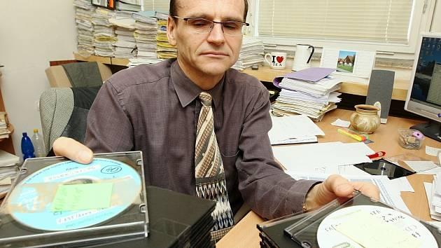 Jak lidé jsou upovídaní je vidět z rozhovorů, které spolu vedli organizátoři tajné výroby cigaret na Lounsku.  Soudce Ivo Elischer jich má k dispozici  90  CD disků.