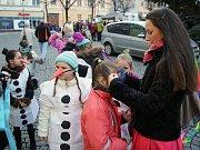 Děti se připravují na vystoupení před rozsvícením vánočního stromu v Lounech