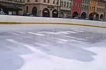 Led na kluzišti před radnicí není na bruslaře připraven
