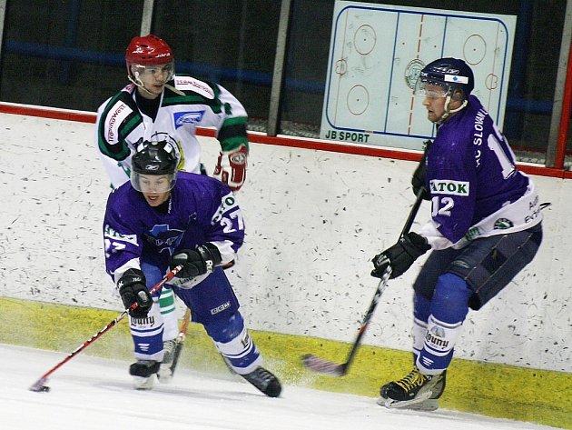 Utkání Slovanu Louny (v modrém) proti HC Zbraslav.