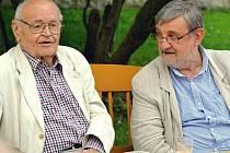 Václav Vorlíček při setkání v Jimlíně. Vpravo je Jan Jíra, znalec filmového umění z Loun, který besedu moderoval.