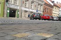 Stolpersteiny v žatecké Masarykově ulici jsou věnovány Sophii Löblové a Heinrichovi Löblovi.