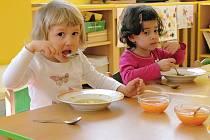 Děti obědvají v MŠ Přemyslovců v Lounech.