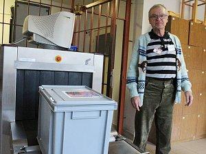 Josef Šimonovský, předseda okrskové volební komise v Novém Sedle, při kontrole u vstupu do věznice.