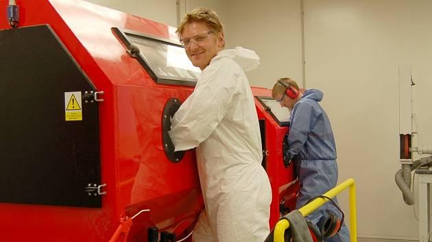 Zdeněk Prokop pracuje u stroje na pískování v areálu firmy OMC Scientific v průmyslové zóně v Lounech.