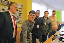 Ministr Stanislav Štech (vlevo) hovoří se studenty při oslavách dvou škol v Podbořanech.