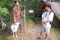 Karel Bartůněk (vlevo) ze skupiny Haljaruna ukazuje studentovi z Brna Antonínu Pregetovi zajímavosti života pravěkých lidí v Poohří v areálu skanzenu ve Březně u Loun.