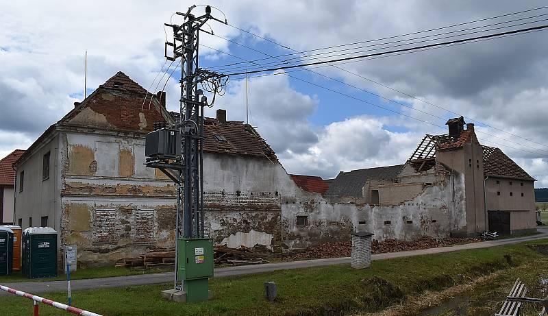 Statek soukromého zemědělce Zdeňka Opata se stal symbolem devastace ve Stebně.