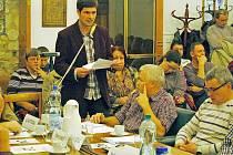 Miroslav Šramota na čtvrteční schůzi zastupitelstva města obhajuje zájmy zaměstnanců žatecké radnice a čte petici, v níž podepisovali nesouhlas s chystaným propuštěním osmi úředníků.