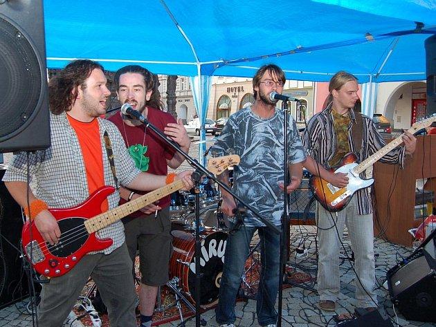 Kapela Joe Purple hraje v Žatci.
