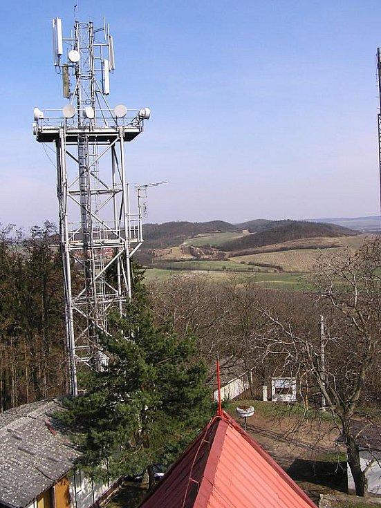 Výhled z Frotzlovy rozhledny přes radiovysílač na vrchu Stříbrník