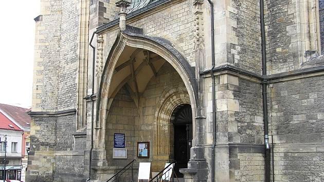 Vstupní portál kostela sv. Mikuláše v Lounech.