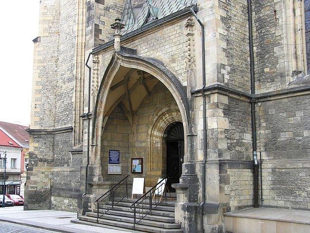Vstupní portál kostela sv. Mikuláše vLounech.