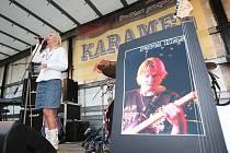 Poslední rozloučení s Pavlem Klasem, hudebníkem ze skupiny Karamel, na návsi ve Zbrašíně