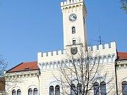 Budova radnice s hodinami v Postoloprtech.