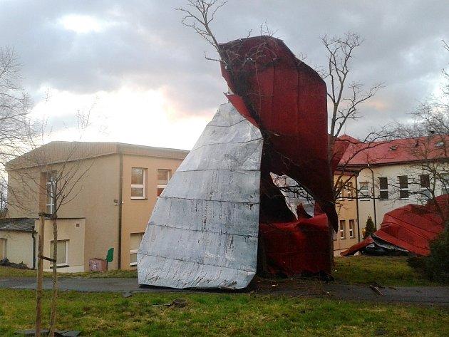 Silný poryv větru strhl střechu z objektu gynekologie a interny v žatecké nemocnici