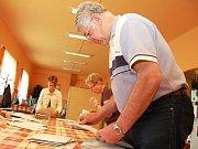 Volby v okrese Louny. Místnosti se uzavřely v sobotu 29. května ve 14 hodin, pak už se jen počítalo. Pečlivě počítali také ve volební místnosti č.16 v Žatci, která normálně slouží jako jídelna.