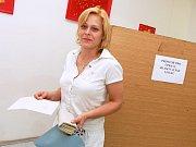 Volby v okrese Louny. V Žatci na tamní poliklice hlasovala také Naděžda Demeterová.
