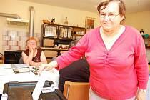 Volby v okrese Louny. Ve Rvenicích u Postoloprt měli netradiční volební místnost, tamní občané hlasovali v rodinném domě. V letní kuchyni využila své hlasovací právo i Věra Musilová.