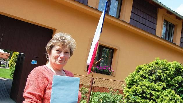 Volby v okrese Louny. Ve Rvenicích u Postoloprt měli netradiční volební místnost, tamní občané hlasovali v rodinném domě. Do příjemného prostředí letní kuchyně lákala voliče členka komise Marie Pilíková.