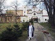 Marie Brázdová u zámku v Líčkově na Žatecku