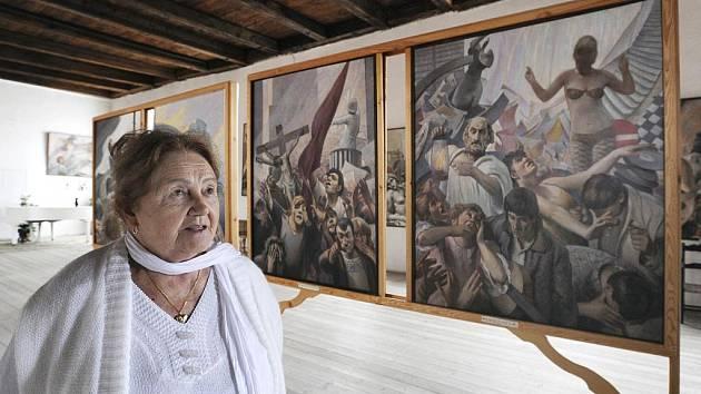 Marie Brázdová na zámku v Líčkově na Žatecku osobně provází návštěvníky. Ti obdivují hlavně obrazy jejího manžela Oskara Brázdy.
