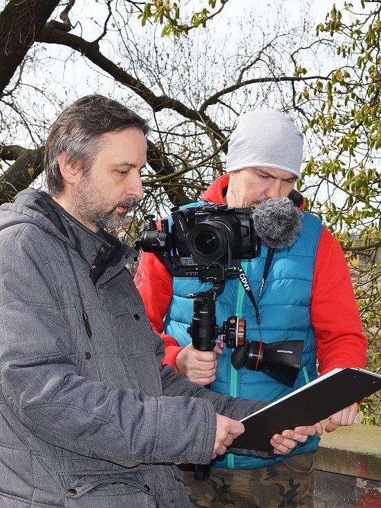 Žatečtí filmaři opět točí, tentokrát v ulicích města vzniká krátký snímek do celosvětové soutěže Nespresso talents. Jaroslav Wagner (vlevo) a Lukáš Šimandl.