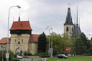 Dvě nejvýraznější dominanty Loun - Žatecká brána a kostel sv. Mikuláše