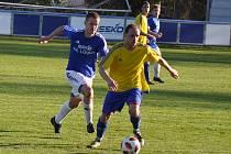 Nečekaně těžkou práci měli fotbalisté Loun (v modrém) s celkem Kadaně.