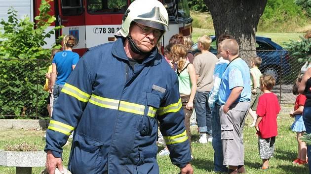 Cvičení hasičů v Základní škole Bitozeves