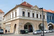 Historický Dům U Zlaté Růže v Žatci. V patře je městská knihovna.