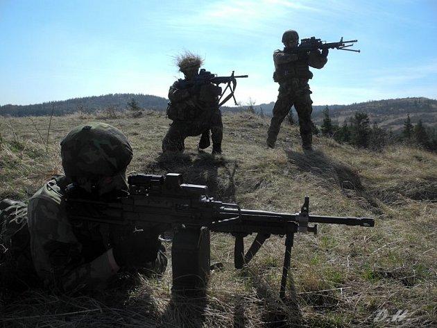 Vojáci nacvičují souběžnou střelbu na pozice protivníka.