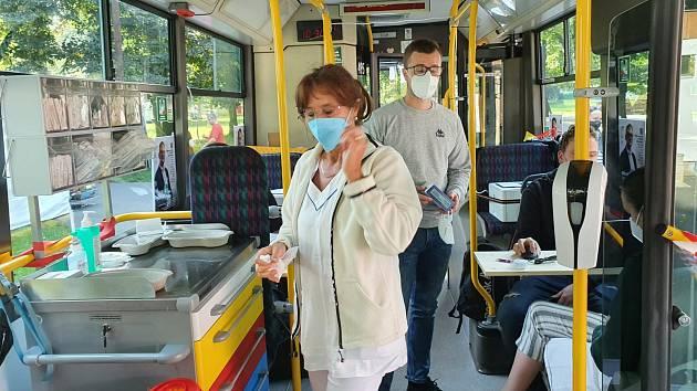 Očkovací autobus v Lounech.