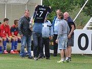 Před začátkem utkání se domácí rozloučili s dlouholetou oporou Domoušic Michalem Lokojíčkem.