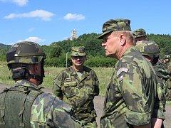 Plukovník Náhončík seznamuje generály Bečváře a Kaletu s průběhem cvičení.