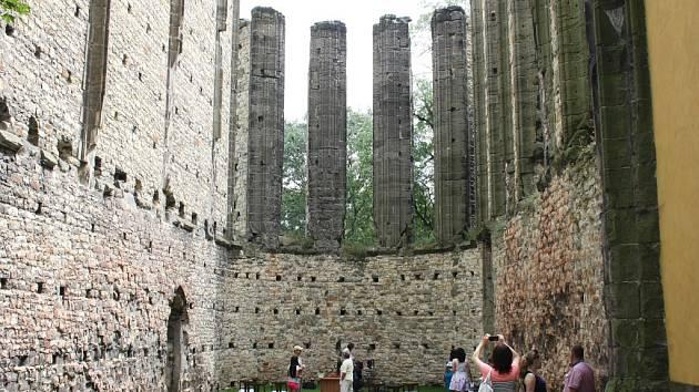 Nedostavěný chrám v Panenském Týnci. Je vyhledávaným turistickým cílem i oblíbeným místem pro pořádání svatebních obřadů