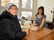 Čtenářka Libuše Lešková do nové pobočky žatecké městské knihovny v ZŠ Jižní přišla hned, jak mohla, aby vrátila pořádnou zásobu knížek a vypůjčila si zase další. Obsloužila ji tam milá knihovnice Anna Hášová.