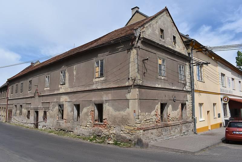 Bývalá hospoda v Liběšicích je v dezolátním stavu. V obci ale funguje hospoda v obecním objektu.