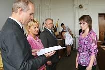 Tereza Poláková si slavnostně přebírá maturitní vysvědčení na lounské radnici