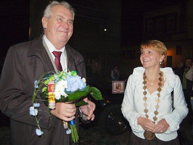 Miloš Zeman při návštěvě v Žatci v roce 2013 se starostkou města Zdeňkou Hamousovou.