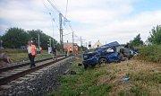 Auto po střetu s rychlíkem na přejezdu v Hořeticích