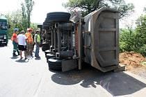Nákladní automobil skončil v ostré zatáčce u Velemyšlevsi na boku