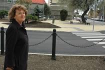 Ilona Švejkovská si prohlíží nově přestavěnou křižovatku v Podbořanech.